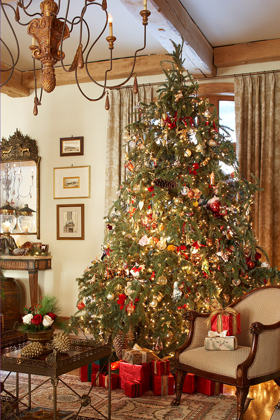 traditional-christmas-tree-red-green