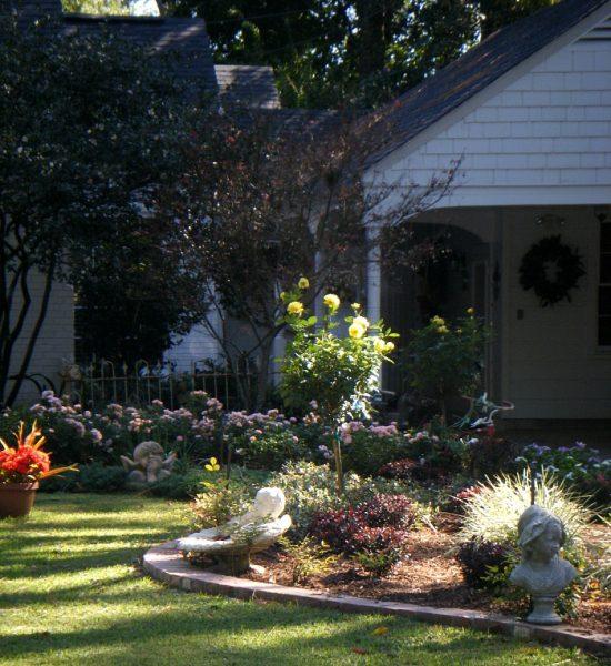 fall-decorated-yard