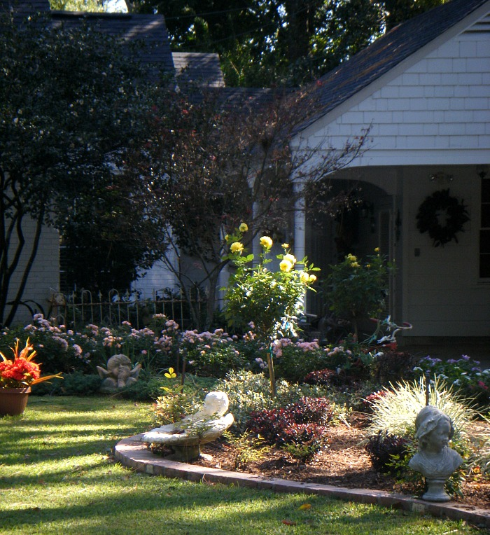 fall-decorated-yard