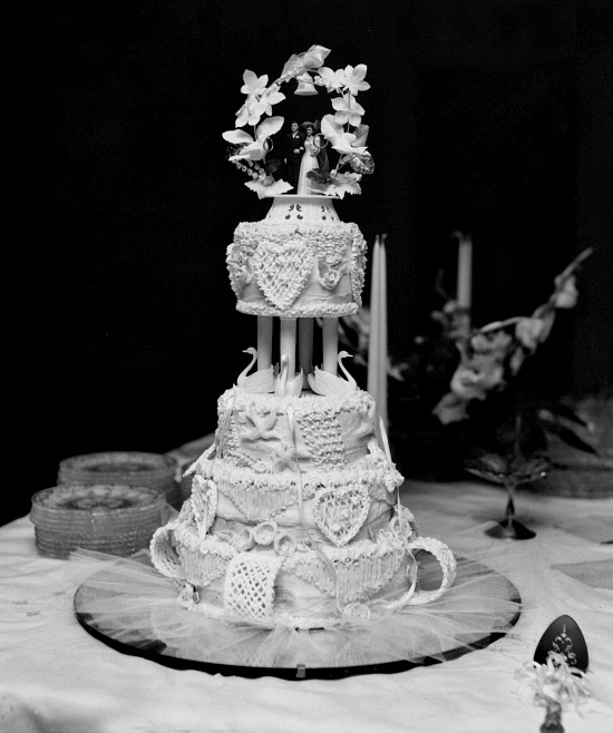 wedding-cake-black-white-photo