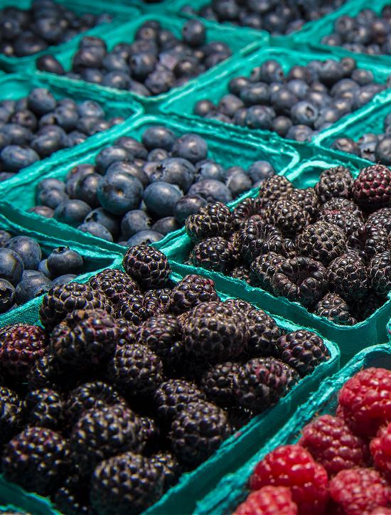 fresh-berries-at-farmers-market (1)