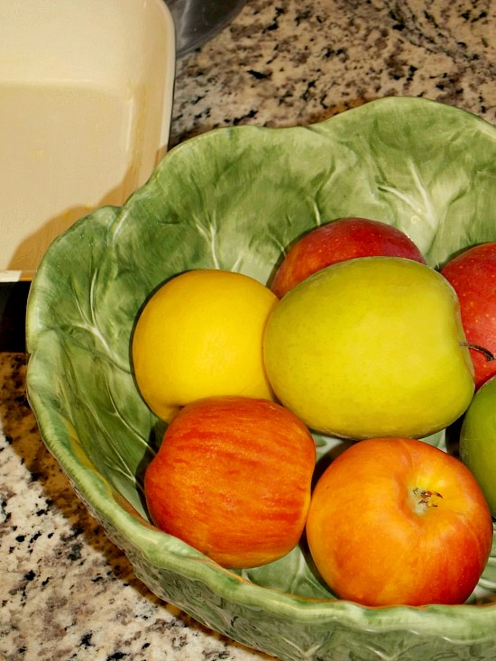 mixed-color-apples-in-bowl