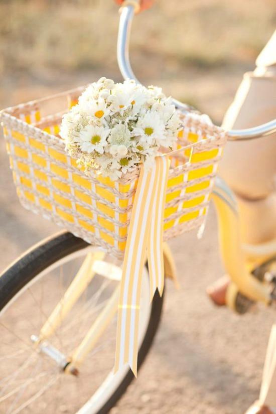 daisy-bouquet-in-yellow-bike-basket