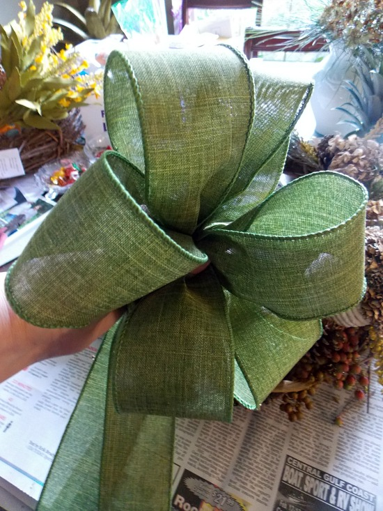 making-bow-with-green-ribbon