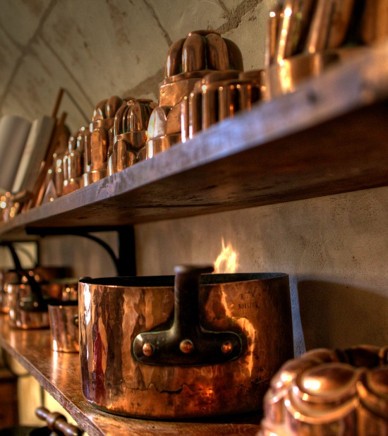 copper-cookware-on-the-shelf