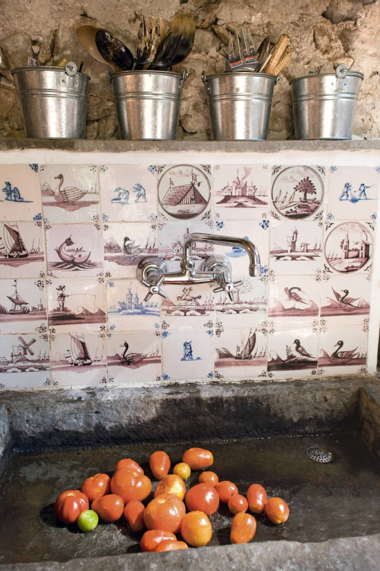 tomatoes-in-sink-Delft-tiles-photo-Johannes-Mueller