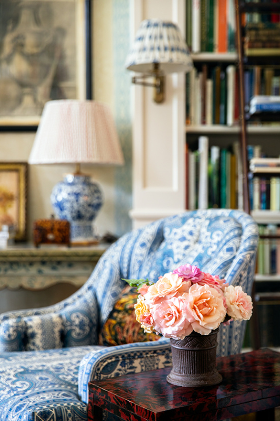 Charlotte-Moss-blue-and-white-accents-roses-in-vase
