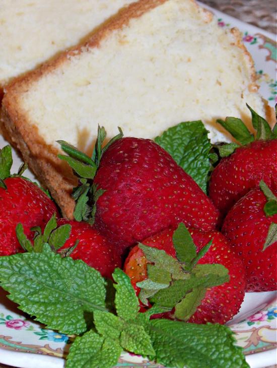 pound-cake-fresh-whole-strawberries